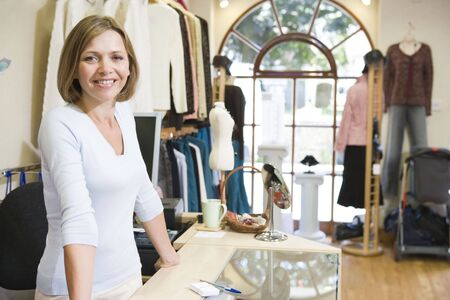 kledingwinkel: Vrouw bij kledingwinkel glimlachende