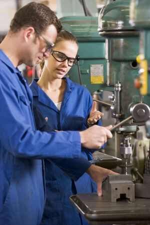 apprenti: Deux machinistes de travail sur les machines