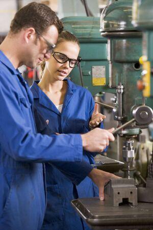 Dos operarios que trabajan en la máquina Foto de archivo - 3603659