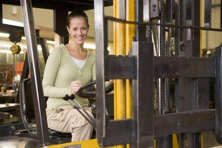 carretillas almacen: Trabajador de almac�n en carretilla elevadora Foto de archivo