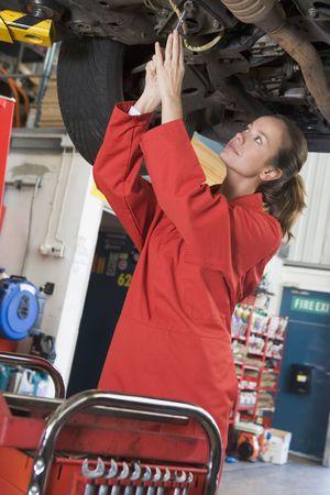 mecanico automotriz: Mec�nico de coches que trabajan bajo