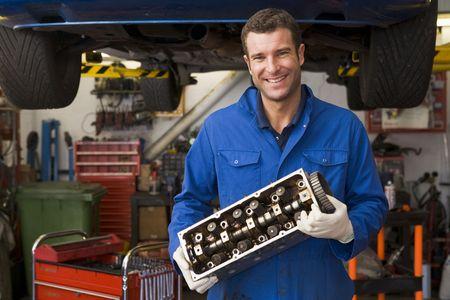 mecanico automotriz: Mec�nico de autom�viles celebraci�n parte sonriendo