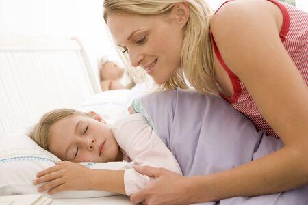 Mujer joven despertando en la cama sonriendo Foto de archivo - 3601385