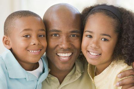 papa y mama: Hombre y dos ni�os peque�os abrazando y sonriendo