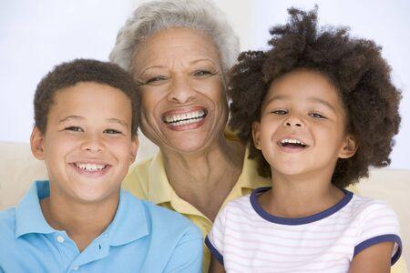 abuela: Mujer y dos ni�os peque�os sonriendo