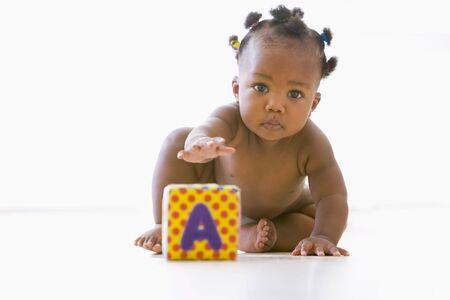 12 month old: Bambini che giocano con blocco Archivio Fotografico