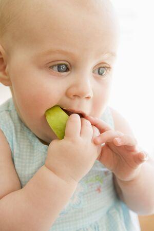 12 month old: Baby mangiare mela chiuso Archivio Fotografico