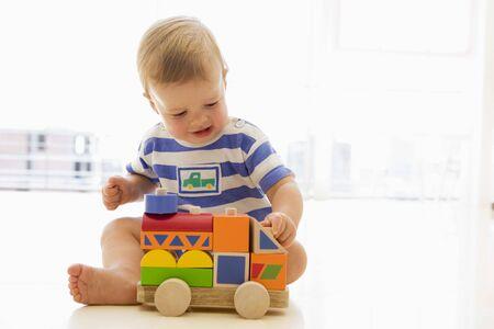 12 month old: in casa a giocare con camion Archivio Fotografico