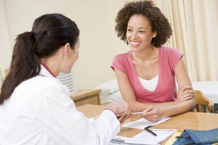 Femme dans le bureau du médecin en souriant