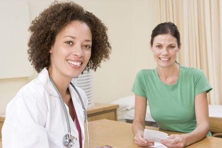 Doctor patient: Mujer en la oficina del doctor sonriente