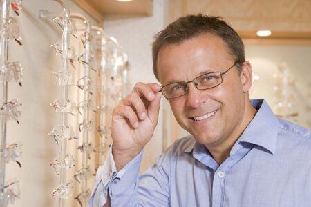 L'homme tente de lunettes à optométristes sourire Banque d'images - 3485295