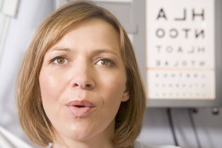 sight chart: Optometrista mujer en la sala de examen, teniendo respiraci�n profunda