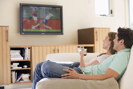 pareja viendo tv: Pareja en sala viendo la televisi�n