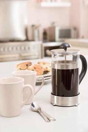 contadores: Cafetera en cocina con scones  Foto de archivo