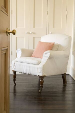 sedia vuota: Sedia vuota tiro attraverso porta Archivio Fotografico