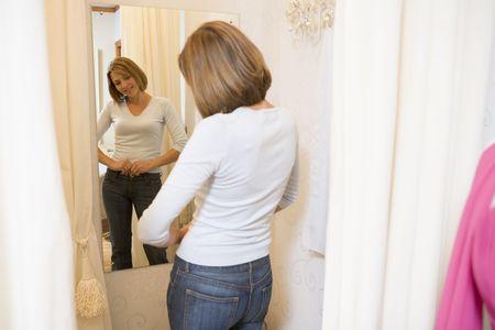 tight jeans: Une femme tente de jeans et souriant