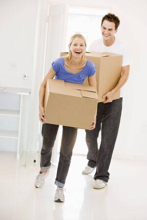 Paar mit Boxen ins neue Heimat lächelnd