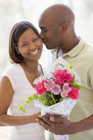 anniversaire mariage: Le mari et la femme tenue des fleurs et le sourire