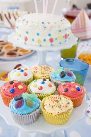 pastel de cumplea�os: Fiesta de cumplea�os mesa con los alimentos  Foto de archivo