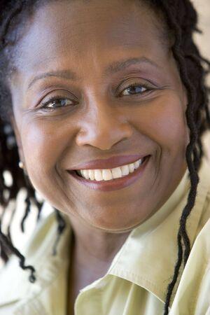 one senior adult woman: Jefe disparo de la mujer sonriente