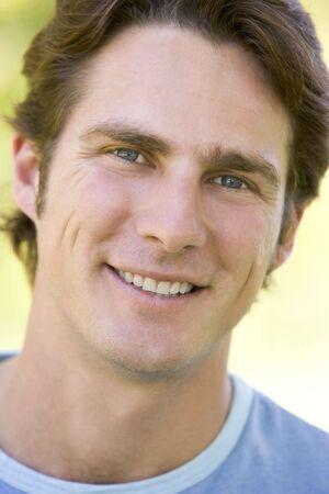 Colpo di testa uomo sorridente