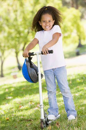 Jeune fille en plein air sur scooter sourire  Banque d'images - 3488002