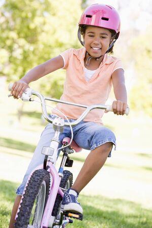 ni�os en bicicleta: Ni�a en bicicleta al aire libre sonriente