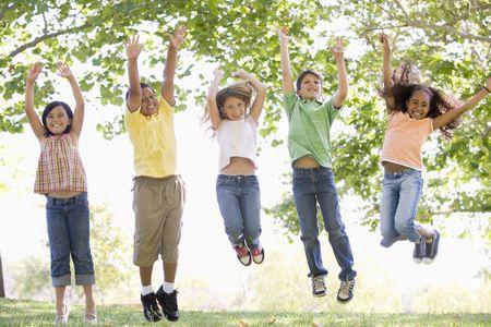 웃 고 점프하는 5 명의 젊은 친구