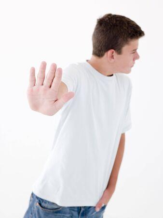 ni�o parado: Adolescente de pie con la mano hasta