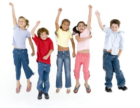 personas saltando: Cinco amigos saltando y sonriendo  Foto de archivo