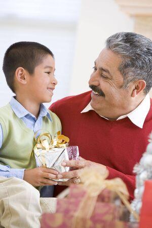 ni�os latinos: Padre ni�o con sorprendente regalo de Navidad