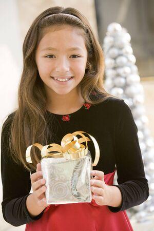 ni�os latinos: Ni�a sonriendo, la celebraci�n de regalo de Navidad