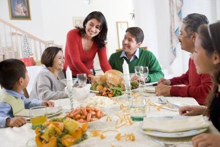 ni�os latinos: Familia todos juntos en la cena de Navidad Foto de archivo