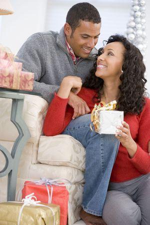 parejas enamoradas: El marido y la mujer cari�osamente el intercambio de regalos de Navidad