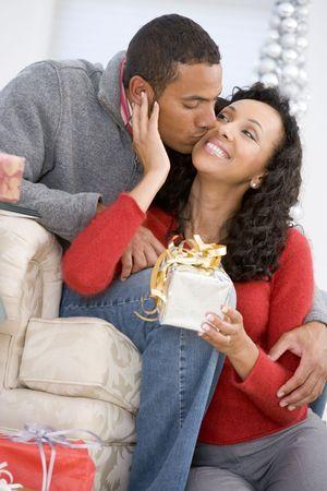 coppia in casa: Marito e moglie con affetto Scambio di regali di Natale Archivio Fotografico