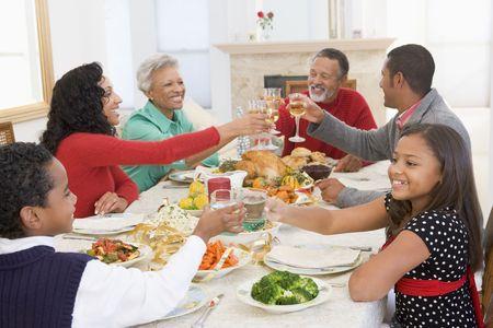 cena navide�a: Familia todos juntos en la cena de Navidad Foto de archivo