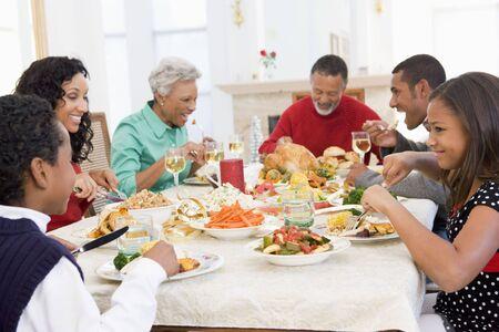 comida de navidad: Familia todos juntos en la cena de Navidad Foto de archivo