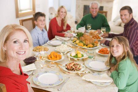 familia cenando: Familia todos juntos en la cena de Navidad Foto de archivo