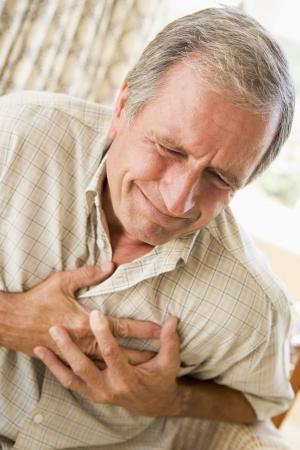 dolor de pecho: Hombre embrague de su coraz�n
