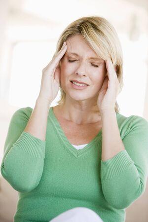 dolor de cabeza: Una mujer con dolor de cabeza Foto de archivo