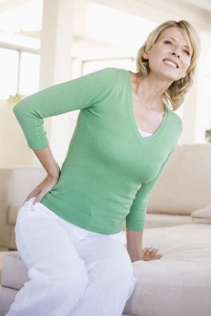 Donna con il mal di schiena