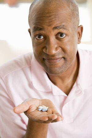 medicamentos: Hombre tomando pastillas Foto de archivo