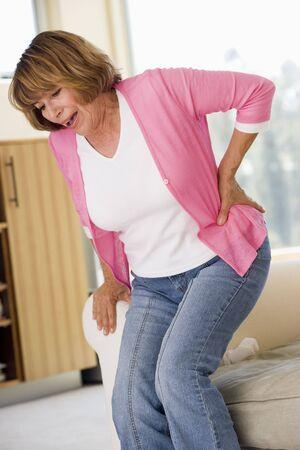 mujeres de espalda: Mujer con dolor de espalda