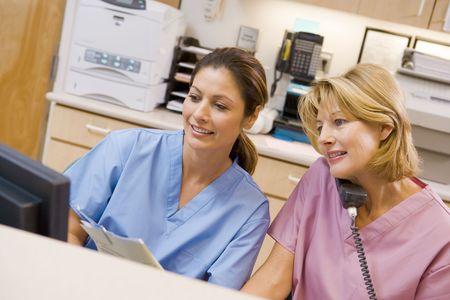 enfermeros: Enfermeras en la zona de recepci�n en un hospital Foto de archivo