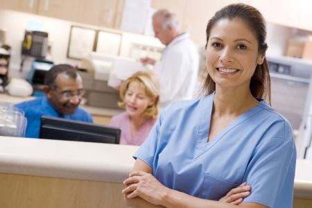 enfermeras: Los m�dicos y enfermeras en el �rea de recepci�n de un hospital
