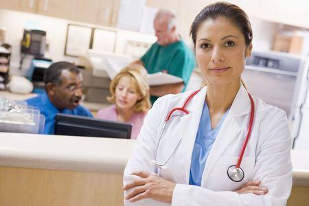 Les médecins et les infirmières à la réception d'un hôpital