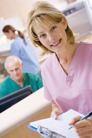 pielęgniarki: Pielęgniarki w recepcji Obszar szpitalu Zdjęcie Seryjne