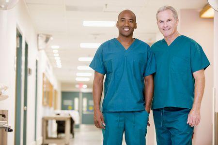 ordelijk: Twee Orderlies Permanent in een ziekenhuis Corridor Stockfoto