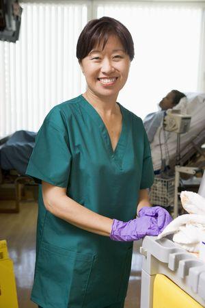 ordelijk: Een ordelijke reinigen een ziekenhuis Ward