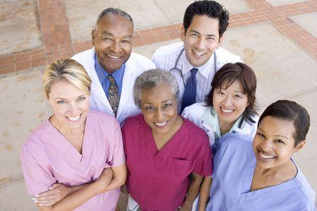 personal medico: Alto �ngulo de vista personal del hospital de pie fuera de un hospital